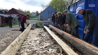 Terje Planke held ope meiserskap i lufthogging, med elevar frå tømrarutdanninga på Sjövik Folkhögskola i Sverige. Foto: Siv K. Holmin