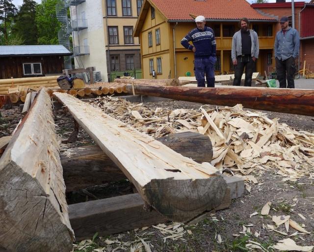 Ivar, Robert og Henning som var med denne veka og hogde og kløyvde. Foto: Siv K. Holmin